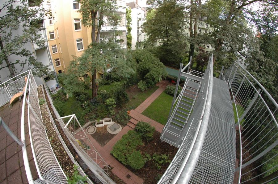 Gartenanlage mit Wasserspielen   Teich, Brücken und Zierbäumen